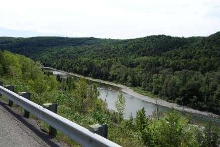 La belle rivière Matapédia, avec son rail de sécurité