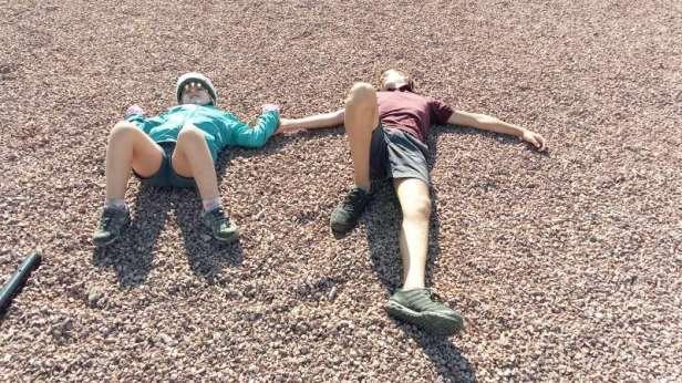 Il viennent d'apprendre qu'il faut faire 20 km de plus pour trouver un camping qui accepte les tentes...