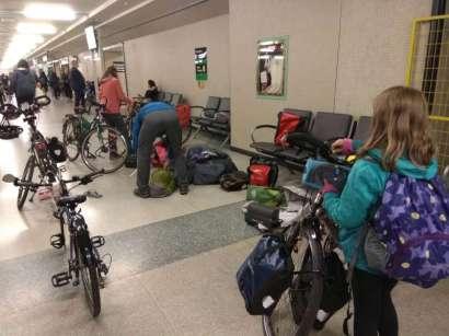 Remontage des vélos à la gare de Toronto