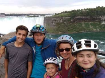 Devant l'une des chutes du Niagara
