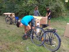 Emballage des vélos avant de prendre l'avion