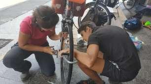 Montage des vélos à l'aéroport de Cuzco