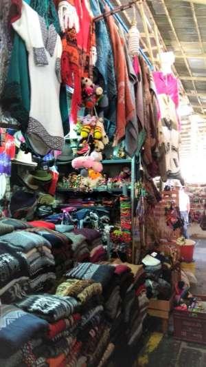 Les kiosques à touristes dans le marché San Pedro