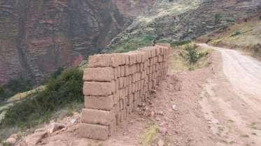 Nous observons tout au long de la route des briques d'adobe en train de sécher
