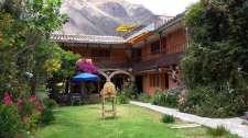 Coup de coeur pour l'auberge et son joli jardin dans une cour à l'architecture espagnole