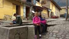 Jolies ruelles de pierre où circulent des ruisseaux d'irrigation (les filles sont assises dessus)