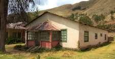 Sur le chemin, d'anciennes maisons coloniales tombant en ruine