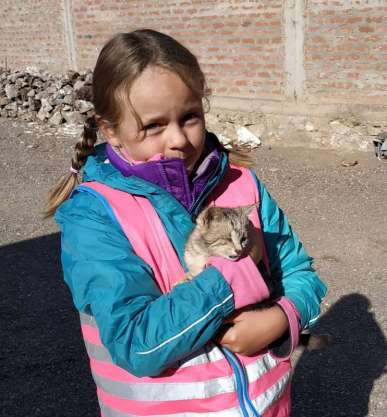Diane, sauveuse des animaux délaissés, avec un petit chaton borgne et éclopé qu'elle a adopté le temps d'une soirée