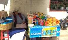 Tout au long de la route, des femmes tiennent des stands ambulants, où nous achetons boissons, chocolat, bananes et autres fruits