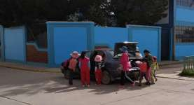 Scène hallucinante : en moins de 2 minutes, une quinzaine d'enfants arrivent à rentrer dans une voiture pour aller à l'école, en balançant les cartables dans le coffre