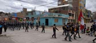 Nous voyons beaucoup de défilés et de fanfares sur le chemin, comme celui de cette école primaire et secondaire