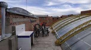Les vélos sur un toit de piscine