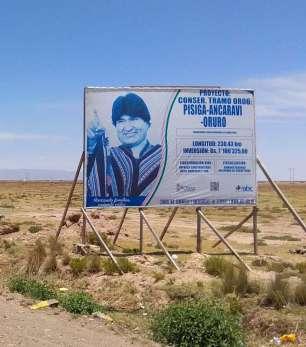 Depuis son élection en 2005, Evo Morales a beaucoup investi pour le développement et la lutte contre la pauvreté sur l'altiplano. Tout au long de la route, nous voyons des panneaux indiquant les investissements réalisés. Mais nous voyons aussi que sa photo et son nom sont omniprésents...