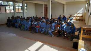 Les enfants de l'école rassemblés le matin de notre intervention