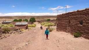 En repartant du village, où nous cherchons les arbres pour déjeuner et nous protéger du soleil cuisant