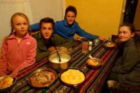 Après l'effort, le réconfort : Omelette, purée et cake aux pommes cuisinés avec les moyens du bord, un festin !
