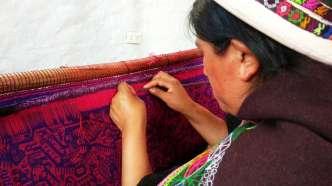 Visite du musée de l'art indigène à Sucre, avec en particulier sa belle collection de tissage indigène. Sur la photo, démonstration d'un travail d'une grande précision, dans la technique des communautés Jalq'a