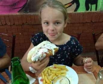 Le completo, hot-dog bien chargé en mayo et guacamole, une spécialité chilienne... Version petite taille pour Diane... On a mis la journée à s'en remettre ! ;-)