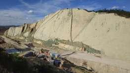 Le mur d'empruntes de dinosaures, avec les engins de chantier au 1er plan