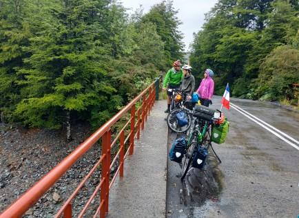 Pause discussion sous la pluie, avec un cyclo chilien compagnon d'infortune ce jour-là !