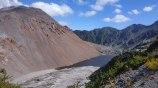 Avant le cratère était... creux. Aujourd'hui on peut voir au centre la montagne de roches qui a poussé sur 300m de hauteur