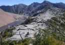 Autour du cratère, les arbres brûlés