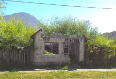 La ville a été reconstruite, mais on peut encore voir les traces de l'éruption de 2008