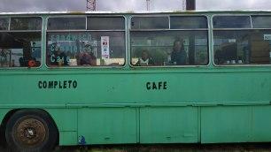 Pause déjeuner dans un bus sur le bord de la route