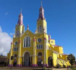 ... avec ses églises colorées...