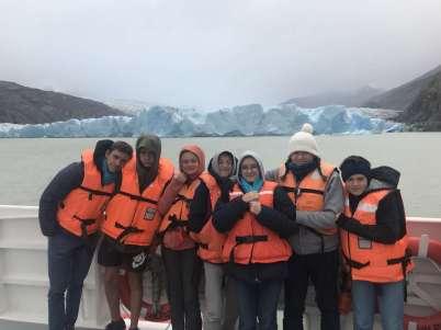 Le jour du réveillon du Nouvel An, nous allons voir un glacier. Ici une brochette de cousins