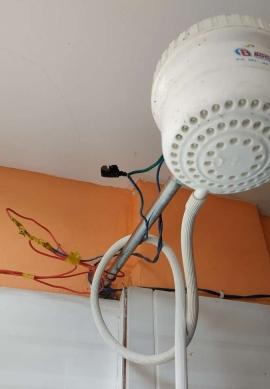 Douche électrique... ne pas toucher aux fils
