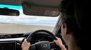Petite leçon de conduite sur la plage. Pointe à 70, chut !