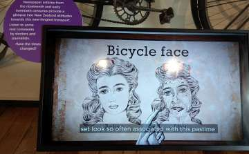 Il est bon de se rappeler que la pratique du vélo par les femmes était découragée il y a peu de temps encore. Ici affiche datant de la fin du 19eme siècle. Et dire que maintenant, elles osent faire le tour du monde avec...