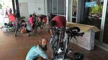 Remontage des vélos à l'aéroport de Sydney