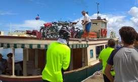 Traversée en ferry. Toujours un grand moment le chargement des vélos !