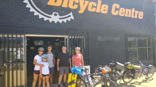 Avec Al devant le magasin de vélo