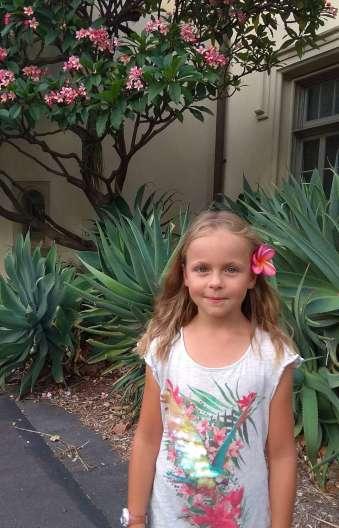 Notre princesse sous les fleurs d'un frangipanier