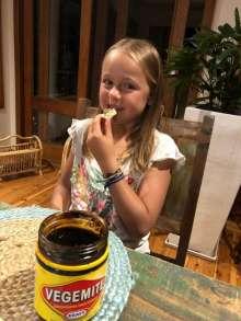 Diane est encouragée à tester la Vegemite, préparation à base de levure de bière typiquement australienne... très salée ! Alors Diane ?