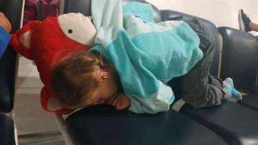 On dort comme on peut pendant la longue nuit de transfert à l'aéroport de Hong Kong