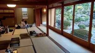 Nous avons pris un gouter en amoureux dans une maison traditionnelle. Assis sur des coussins, face au jardin, dans le calme.