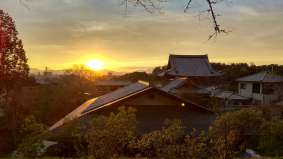 Coucher de soleil sur les toits de Kyoto. photo prise depuis la célèbre promenade sur le chemin du philosophe