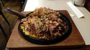 Comme ici avec une omelette japonaise, l'okonomiyaki, qu'il faut absolument apprendre à faire au retour en France !