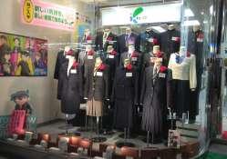 Ici la vitrine de l'un des nombreux magasins d'uniformes