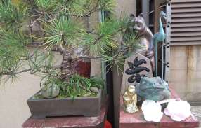 Devant les maisons, il est courant de déposer des figurines ou des objets liés à l'imaginaire japonais (les yokaï), comme le tanuki (chien-raton laveur symbole de la bonne fortune)