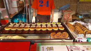 Préparation sur un stand de beignets à l'azuki (pâte de haricots rouges)
