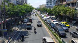 Circulation dense de Bangkok. Les fameux scooters se faufilent entre les voitures