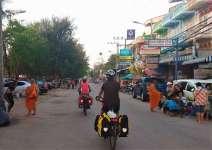 C'est aussi l'heure où les moines sortent pour la quête de nourriture