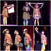 et réalisent une performance sur scène dans leur costume de magicien !
