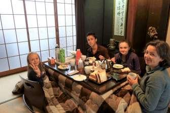 Maison de 70 ans. Cloisons en papier et table sans chaise avec couverture chauffante