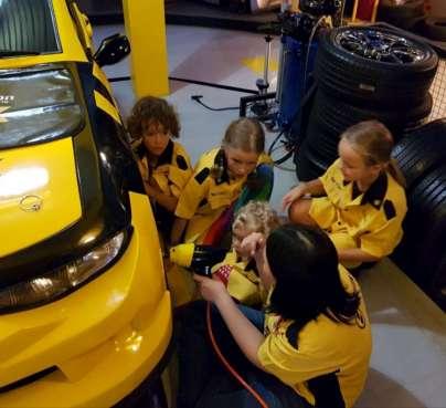 Les enfants changent une roue